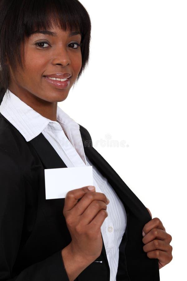 Donna che estrae un biglietto da visita fotografia stock libera da diritti
