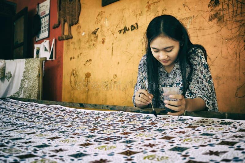 Donna che fa batik stampato a mano tradizionale fotografia stock libera da diritti