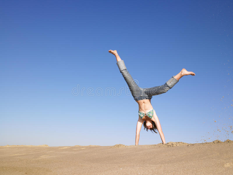 Donna che fa Cartwheel immagini stock