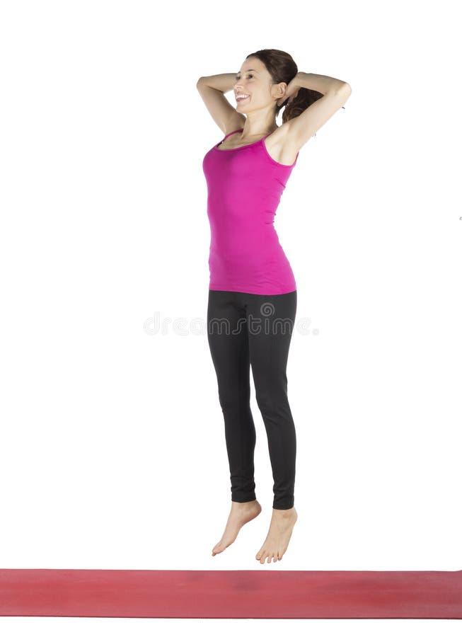 Donna che fa edificio occupato di salto del peso corporeo per forma fisica fotografie stock libere da diritti