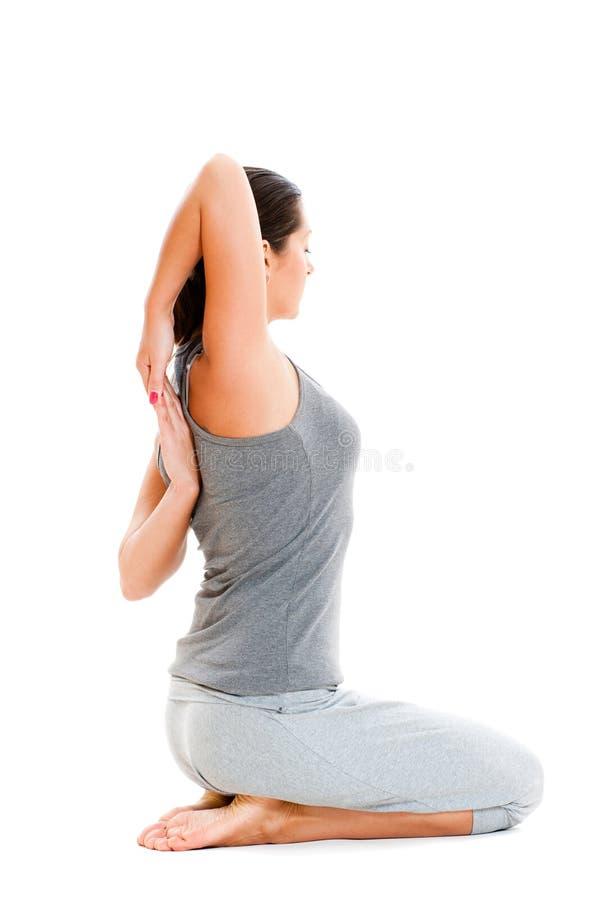 Donna che fa esercitazione di stirata in vestiti grigi immagine stock libera da diritti