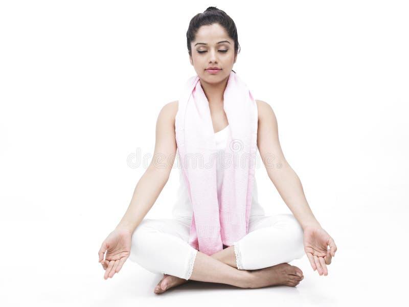Donna che fa esercitazione di yoga immagini stock libere da diritti
