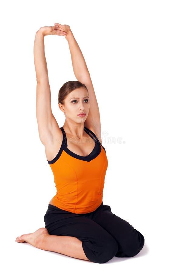 Donna che fa esercitazione prenatale di yoga immagini stock libere da diritti