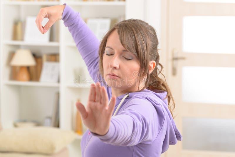 Donna che fa esercizio di 'chi' del tai del gong di Qi fotografia stock