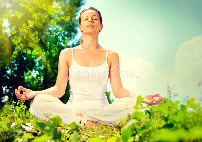 Donna che fa esercizio di yoga immagine stock libera da diritti