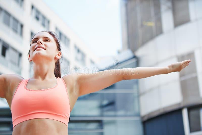 Donna che fa esercizio respirante per rilassamento fotografie stock libere da diritti