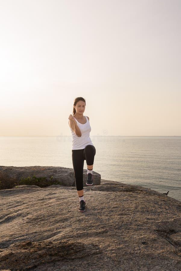 Donna che fa gli sport all'aperto immagine stock libera da diritti