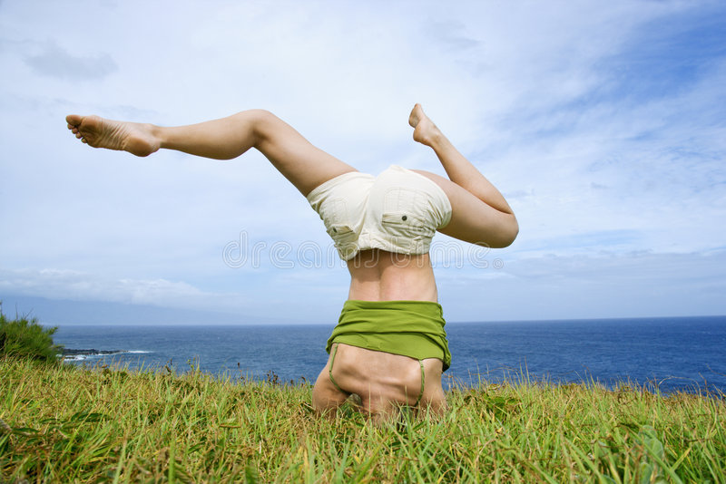 Donna che fa headstand. immagine stock libera da diritti