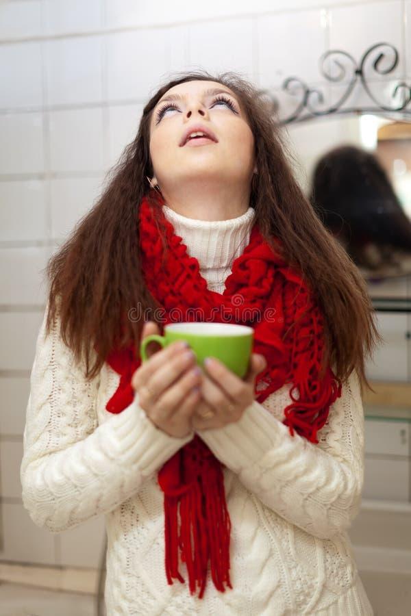 Donna che fa i gargarismi gola nel suo bagno immagine stock libera da diritti