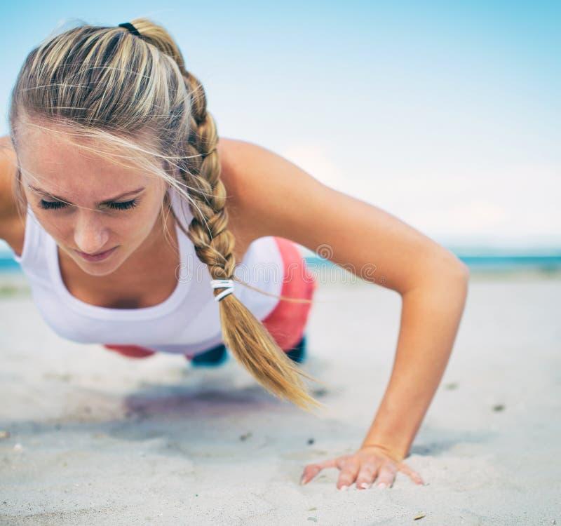 Donna che fa i push-ups fotografie stock libere da diritti