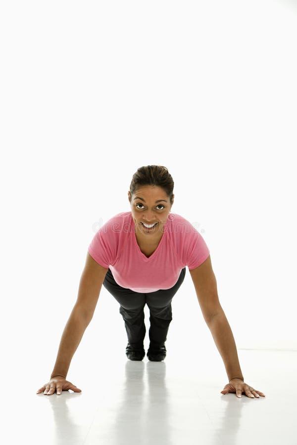Donna che fa i pushups. fotografia stock libera da diritti