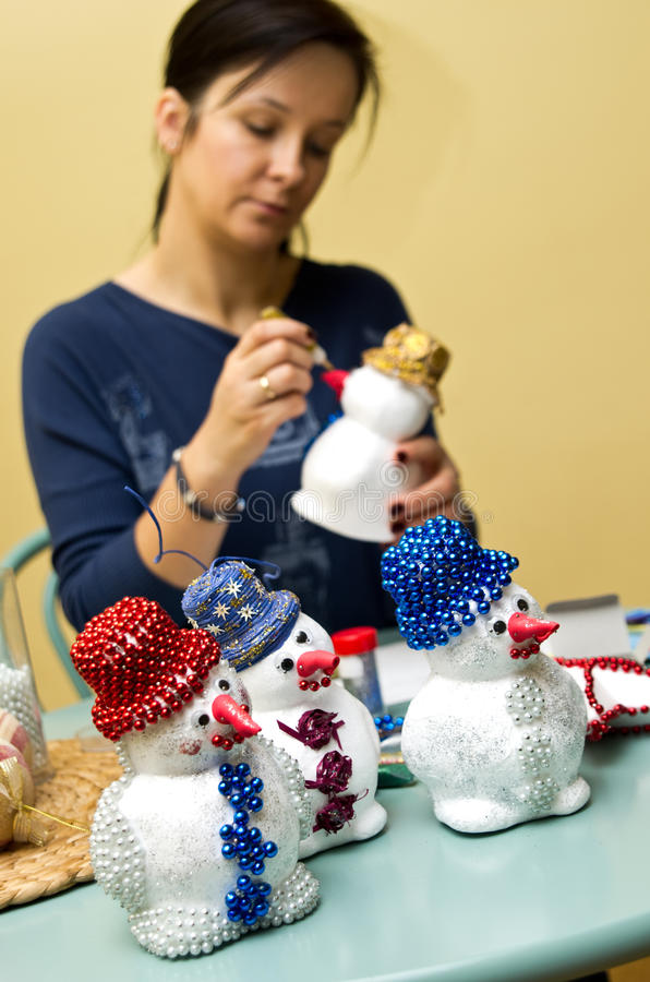 Donna che fa il pupazzo di neve del giocattolo immagine stock libera da diritti
