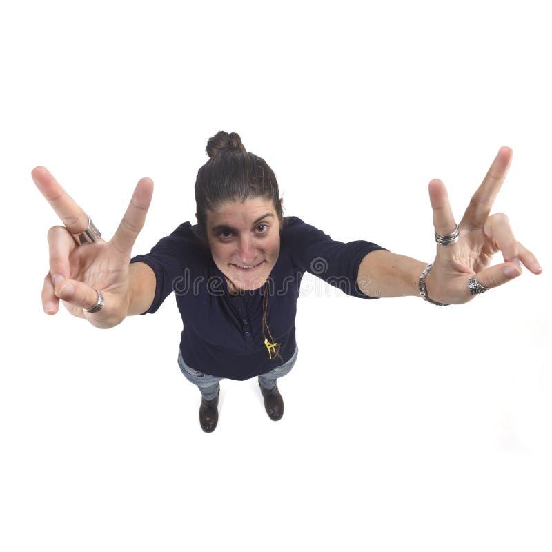 Donna che fa il segno di vittoria su un fondo bianco fotografie stock