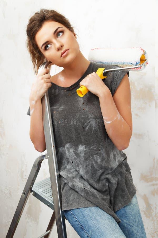 Donna che fa la pittura della parete fotografia stock