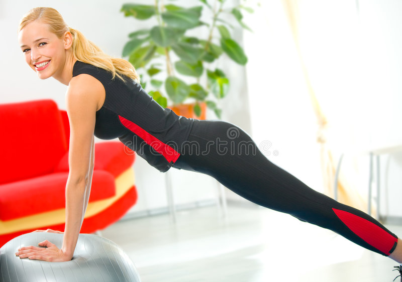 Donna che fa le esercitazioni di forma fisica immagini stock