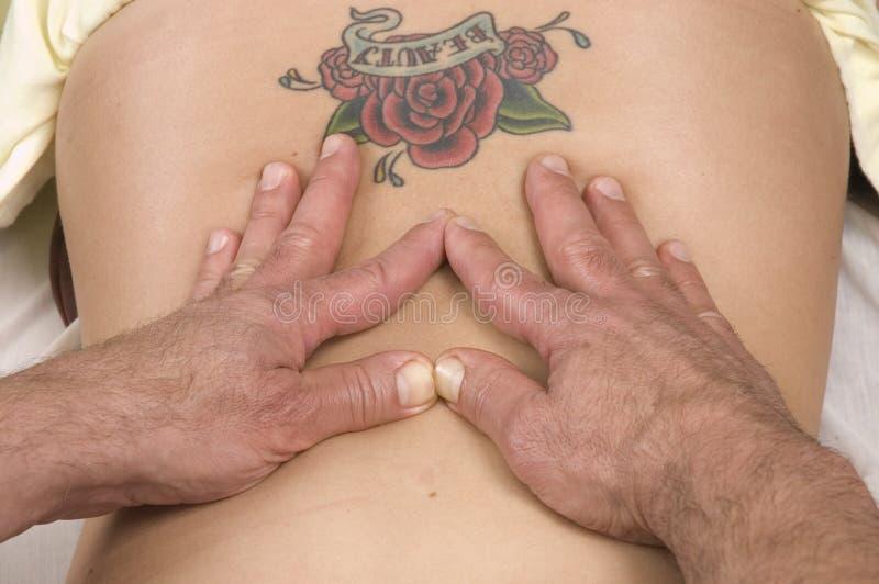 Donna che fa massaggiare posteriore fotografia stock