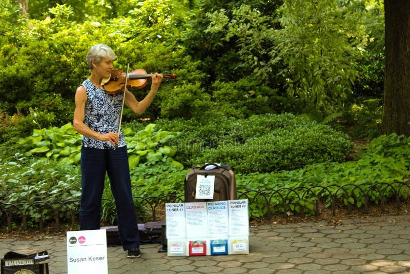 Donna che fa musica in Central Park fotografia stock