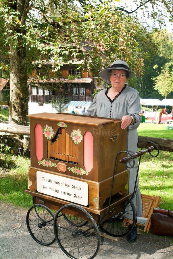 Donna che fa musica con un vecchio carillon fotografia stock