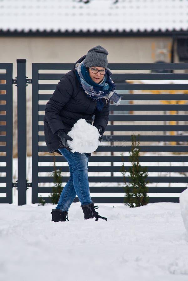 Donna che fa pupazzo di neve immagini stock libere da diritti