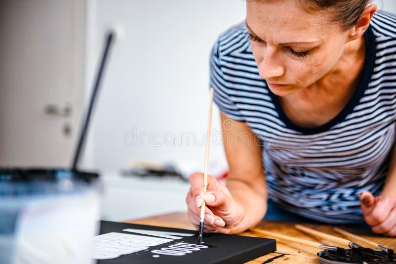 Donna che fa soffrire sulla tela immagine stock