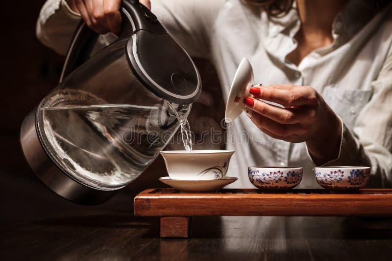 Donna che fa tè in cinese il teaware del cinese tradizionale immagini stock