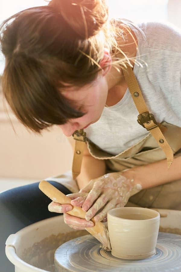 Donna che fa terraglie ceramiche sulla ruota, primo piano delle mani Concetto per la donna in indipendente, affare, hobby immagine stock libera da diritti