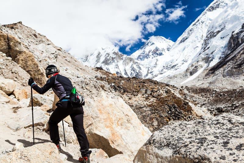 Donna che fa un'escursione al basecamp di Everest immagine stock libera da diritti