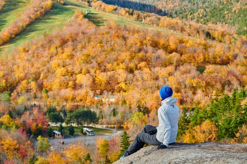 Donna che fa un'escursione al bluff dell'artista in autunno immagini stock