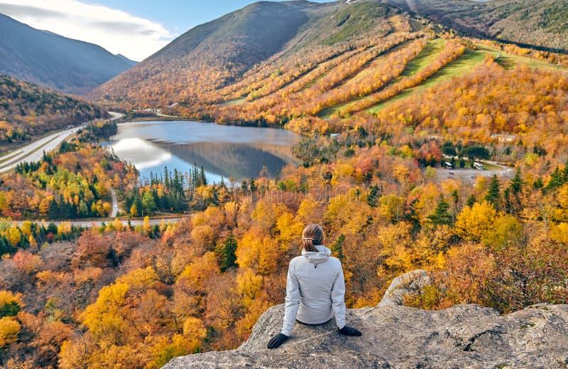 Donna che fa un'escursione al bluff dell'artista in autunno immagine stock
