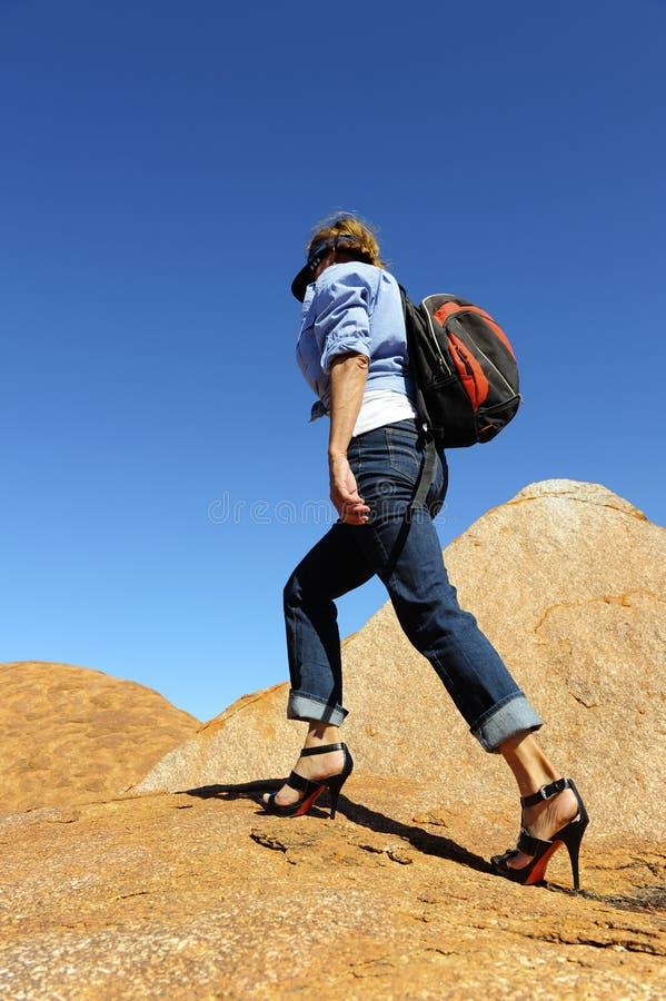 Donna che fa un'escursione in alti talloni immagine stock libera da diritti