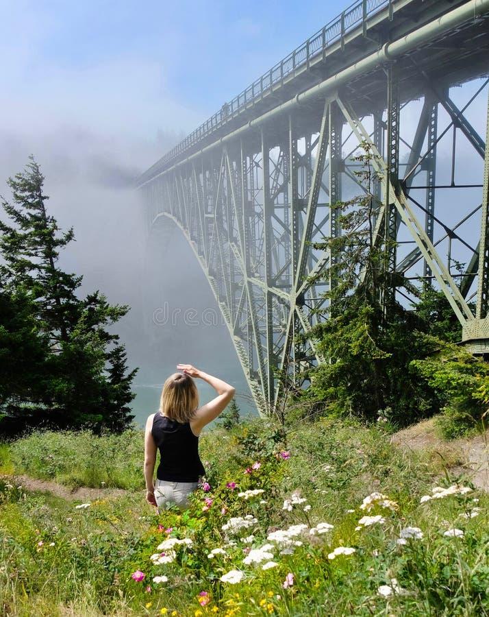 Donna che fa un'escursione dall'oceano nella mattina nebbiosa immagini stock libere da diritti