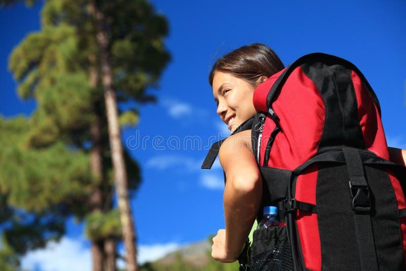 Donna che fa un'escursione esaminando vista fotografie stock
