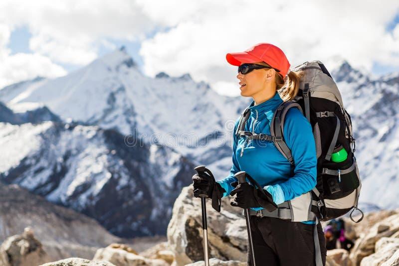 Donna che fa un'escursione in montagne dell'Himalaya immagini stock libere da diritti