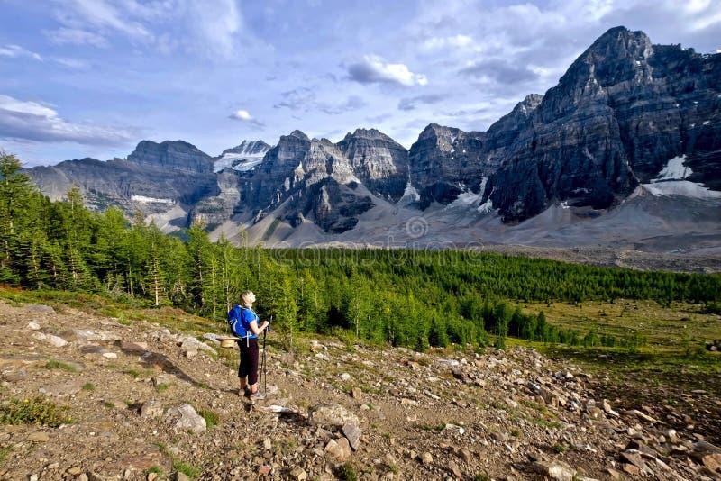 Donna che fa un'escursione in Rocky Mountains fotografia stock libera da diritti