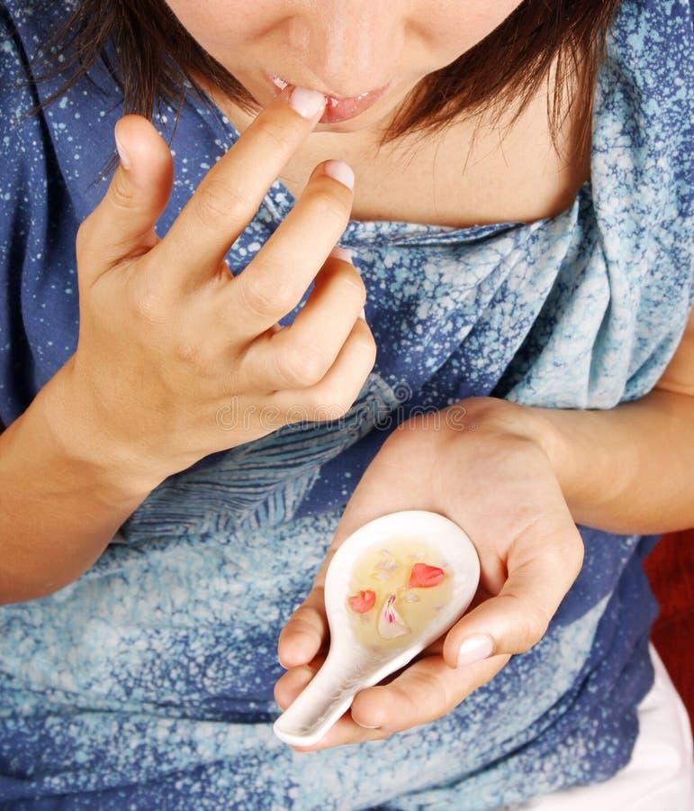 Donna che fa un trattamento delle labbra fotografia stock