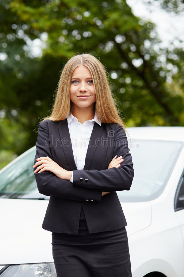 Donna che fa una pausa la sua automobile fotografia stock libera da diritti