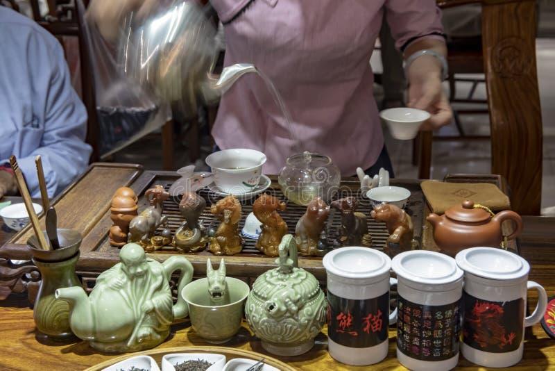 Donna che fa vaso del tè del cinese tradizionale fotografia stock libera da diritti