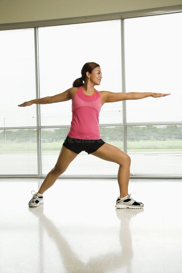 Donna che fa yoga immagine stock libera da diritti