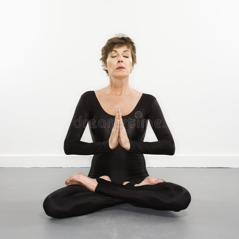 Donna che fa yoga. fotografia stock libera da diritti