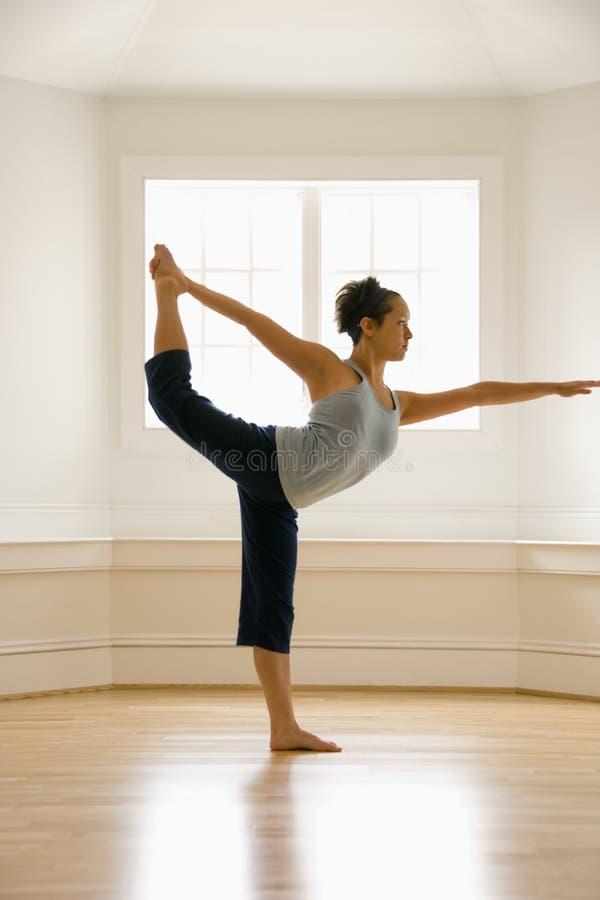Donna che fa yoga immagini stock
