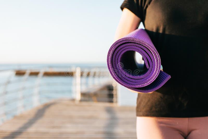 Donna che fa yoga all'aperto fotografia stock