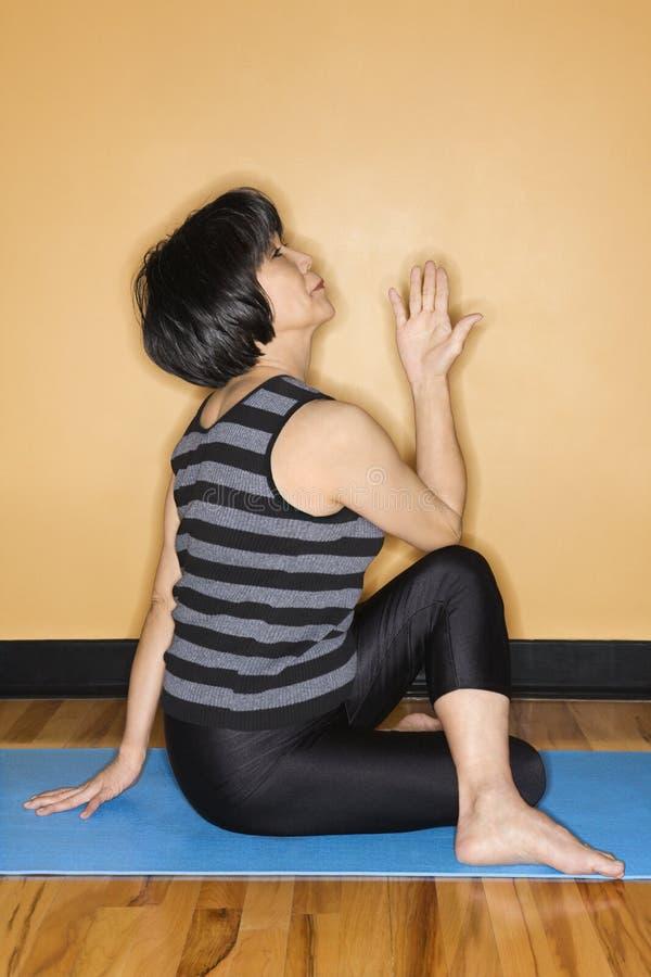 Donna che fa yoga alla ginnastica fotografia stock libera da diritti