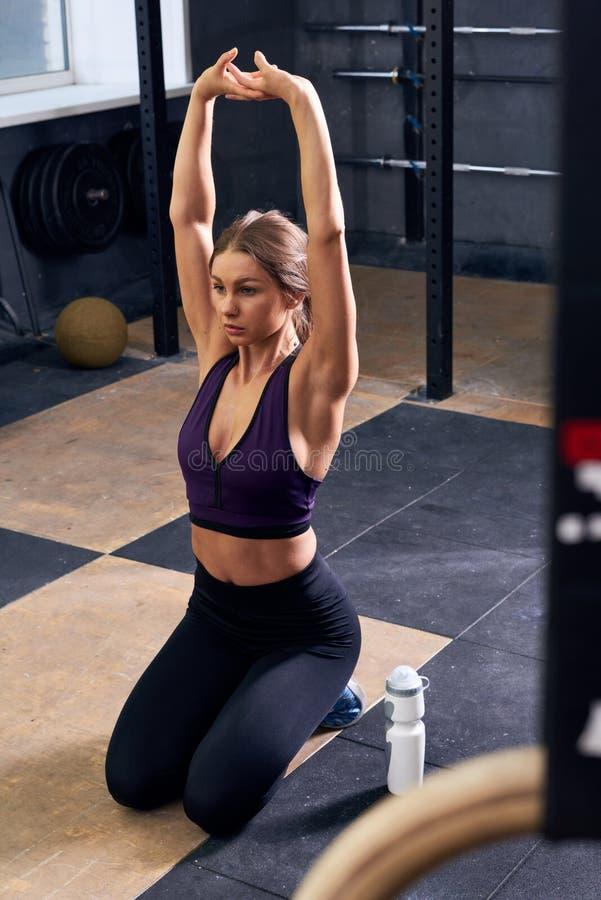 Donna che fa yoga in palestra immagine stock libera da diritti