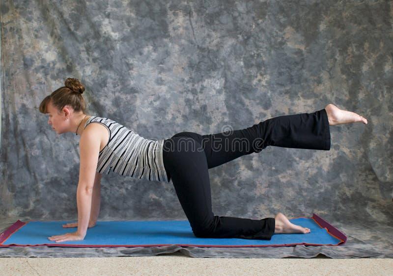 Donna che fa yoga una destra di posa della tabella del piedino immagini stock