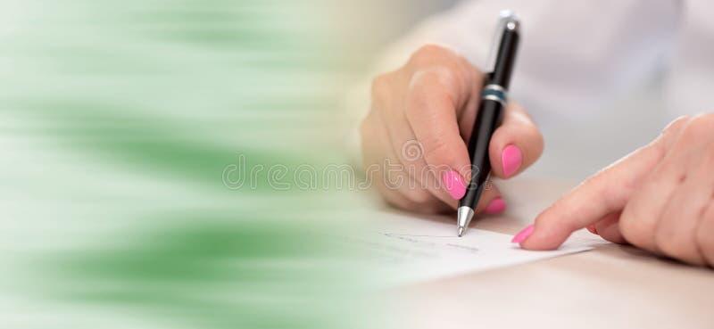 Donna che firma un contratto fotografia stock