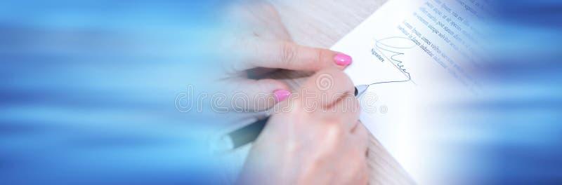 Donna che firma un contratto Bandiera panoramica immagini stock libere da diritti