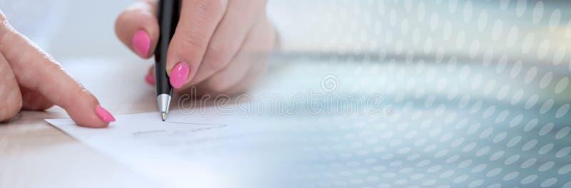 Donna che firma un contratto Bandiera panoramica immagine stock libera da diritti