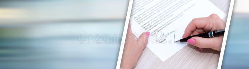 Donna che firma un contratto Bandiera panoramica fotografia stock