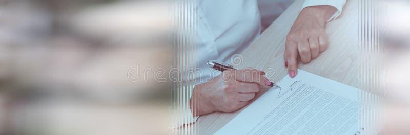 Donna che firma un contratto Bandiera panoramica immagine stock