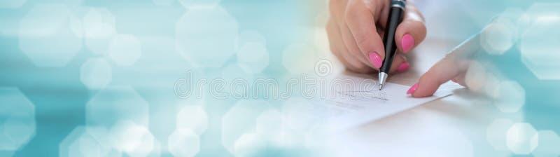 Donna che firma un contratto, effetto della luce Bandiera panoramica fotografie stock